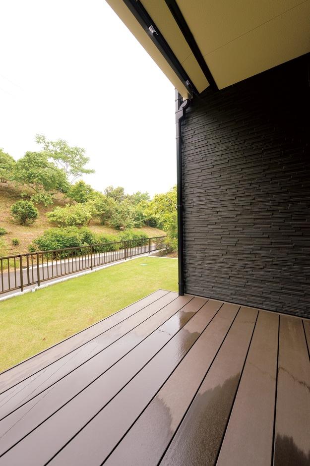 朝日住宅【デザイン住宅、間取り、インテリア】LDKの外にあるデッキテラスは、深い軒が強い日差しや雨を遮り、リビングの一部としても過ごせる