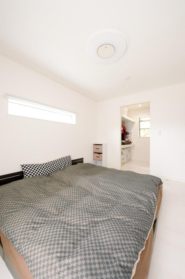 朝日住宅【デザイン住宅、間取り、インテリア】ウォークインク ローゼットを備えた寝室は、壁も床も真っ白。朝は優しい光を反射し、スッキリと目が覚める