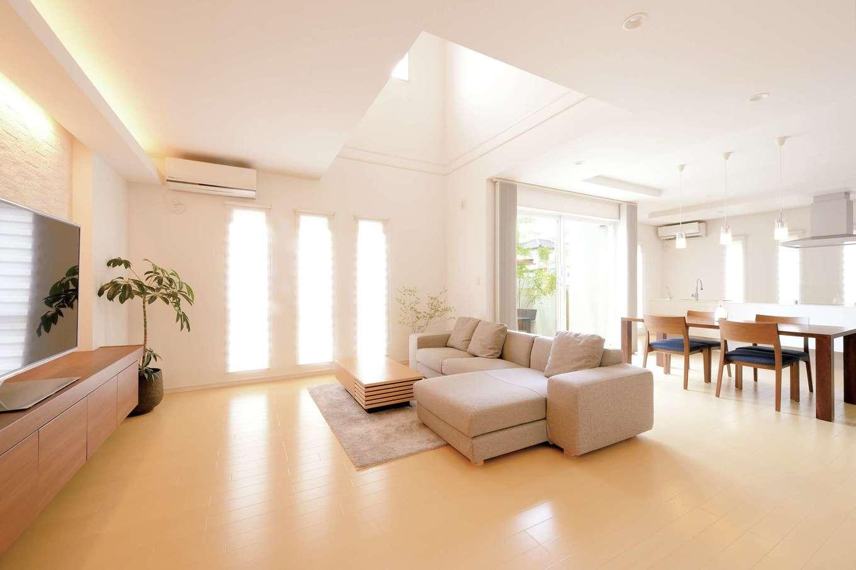 朝日住宅【デザイン住宅、収納力、省エネ】折上天井や照明が、空間に広がりをプラス