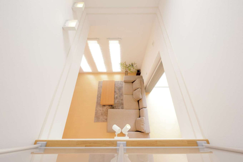 朝日住宅【デザイン住宅、収納力、省エネ】2階ホールからリビングを見下ろせる。吹き抜けを通し、家中に一体感が生まれている