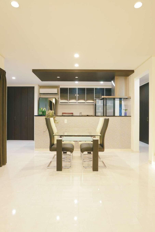 朝日住宅【デザイン住宅、省エネ、間取り】リビングを見渡せるキッチンは住まいの司令塔。ペニンシュラ型ならではの回遊性を生かしたオープンなキッチン