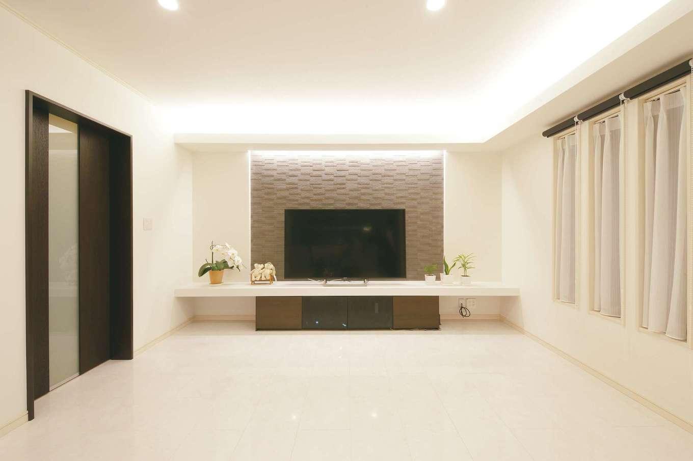 朝日住宅【デザイン住宅、省エネ、間取り】TVボード側の壁には、調湿・脱臭効果の高い、エコカラットを採用。大勢が集まるパーティでも、空気はいつもフレッシュで快適