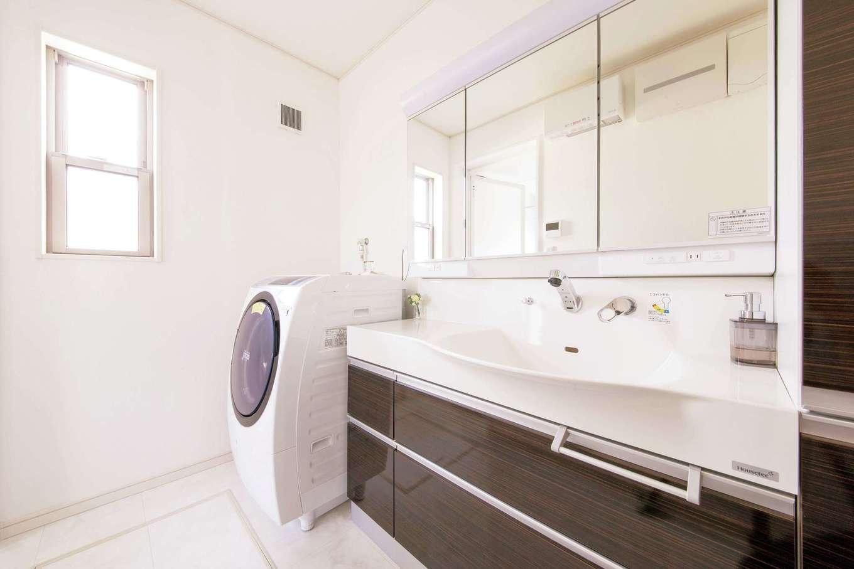 朝日住宅【デザイン住宅、省エネ、間取り】洗面・トイレも同じテイストで統一。水回りのコーデは、人を招くことが多い家では気が抜けないポイント