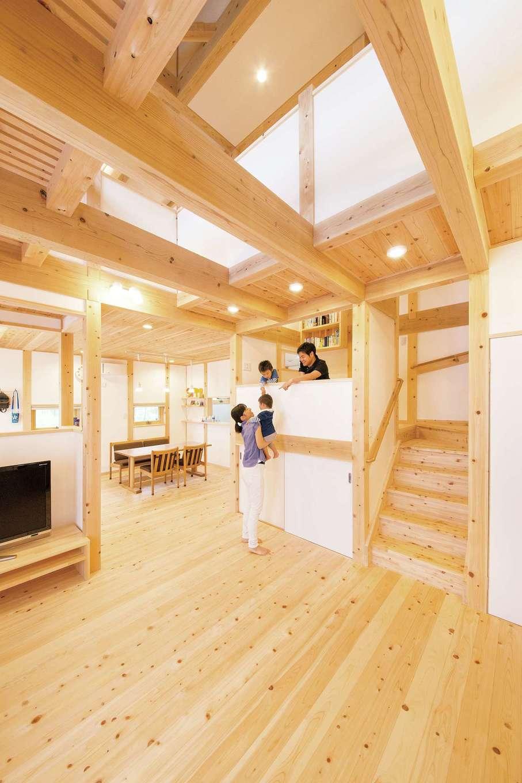 田畑工事【自然素材、省エネ、間取り】リビングは吹抜けから日がたっぷり注ぐ心地よい空間。ヒノキの床と漆喰塗りの壁が自然素材の温かみを感じさせ、やさしい木の香りが家中に広がっている