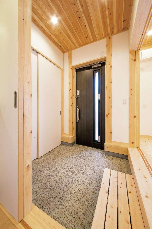 田畑工事【自然素材、省エネ、間取り】スペースを広めに確保した玄関の土間は「雨楽な家」の特徴の1つ。玄関ドアを開けると左側にLDKが広がり、正面は洗面・浴室につながっている。引き戸の奥の収納には靴や外着、アウトドアグッズをしまっておける