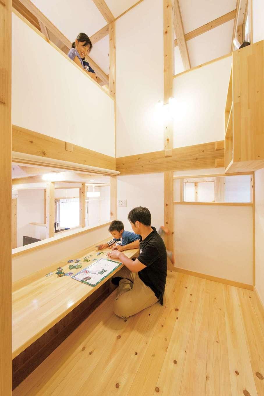 田畑工事【自然素材、省エネ、間取り】階段の途中に設けた中2階のスタディコーナーは勉強やPC作業、読書など、家族みんなで利用できるコミュニティ空間。1階や2階にいる家族と会話もできる