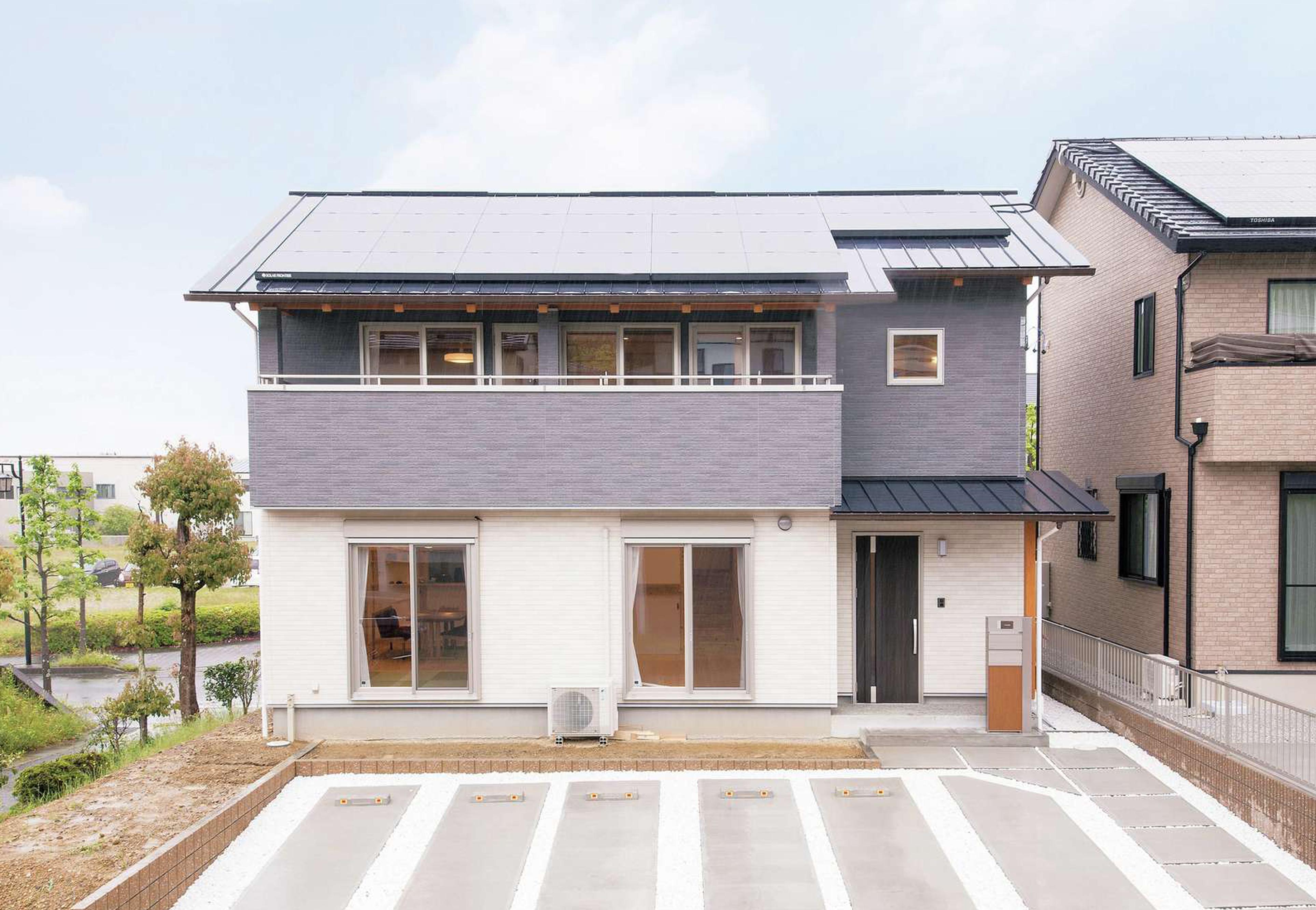 田畑工事【自然素材、省エネ、間取り】「雨楽な家+ZEH」の外観。約4.8kWの太陽光発電を搭載。2階の軒を深くして夏の直射日光を遮り、冬は斜めから射す日をたっぷりとりこめるようにした