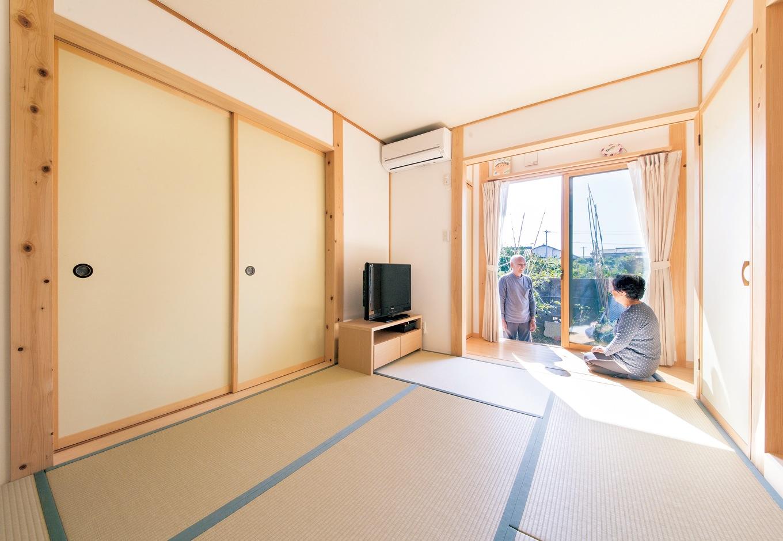 田畑工事【二世帯住宅、自然素材、間取り】1階の南面に設けたご両親の和室。縁側からは庭が眺められ、柔らかな陽が注ぐ