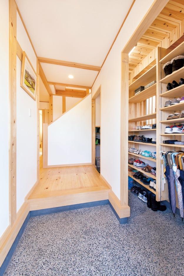 田畑工事【二世帯住宅、自然素材、間取り】シューズクロークを設けた玄関。洗い出しの土間が和の情緒を演出