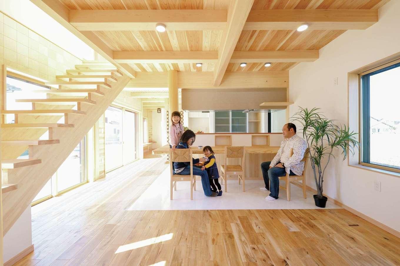 リビングの天井は自然乾燥無垢材荒し天井仕上げ。床は大理石調のホワイトの床とカエデの床とのツートーン。キッチンの周りには収納をたっぷり確保。キッチンは使い勝手の良いステンレスカウンターをセレクト