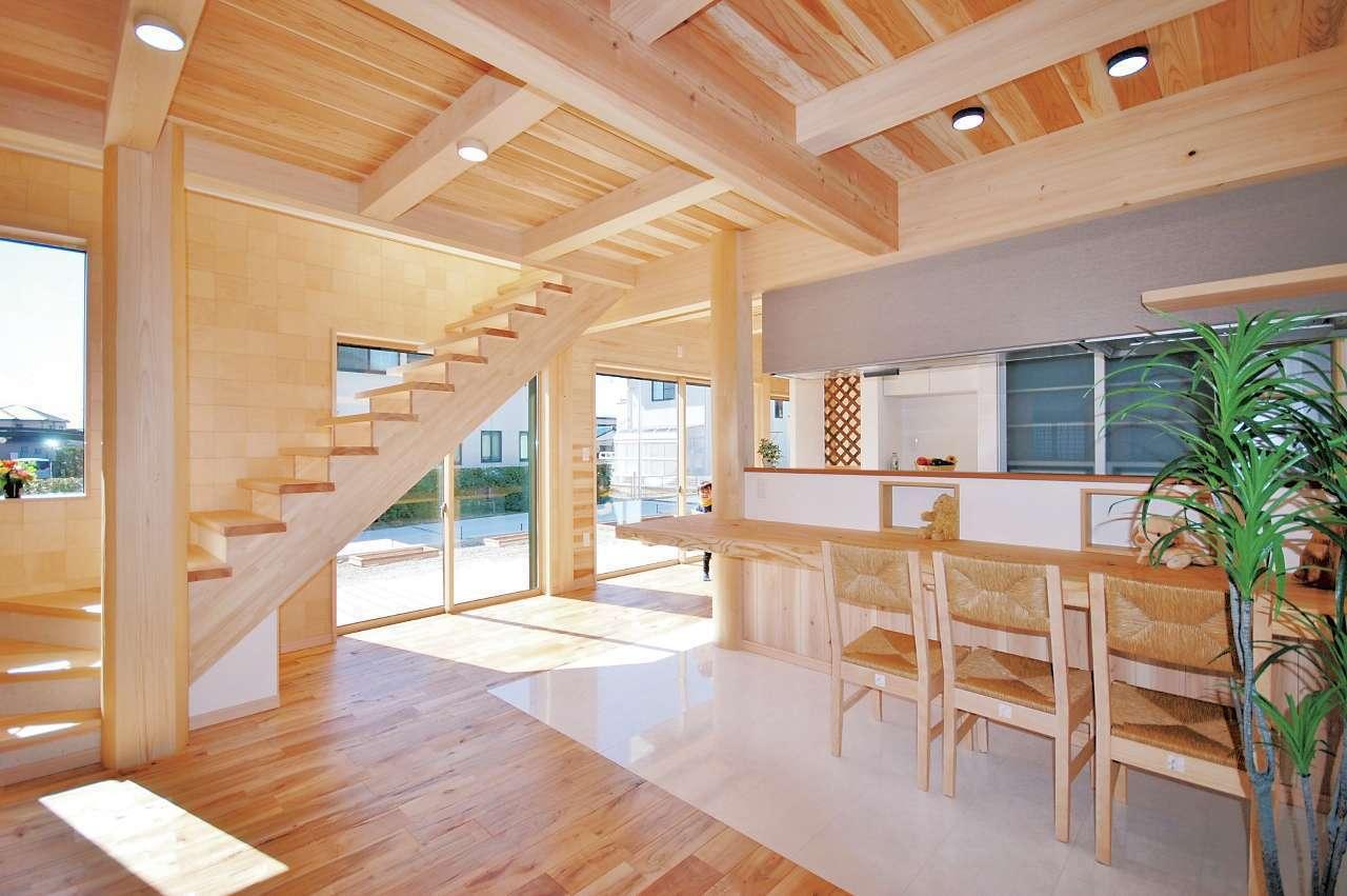 桧の住まい 磯建(磯部建設)【子育て、自然素材、間取り】南面に設けた大きな窓に沿って階段を架けてあり、毎日清々しい気分で階段の上り下りができる。ヒノキの階段はなだらかで上りやすく、足触りもなめらか。階段の横の壁は同社オリジナルのサクラの小市松板張り