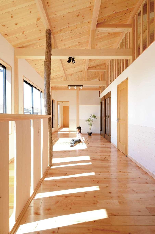階段のコシ板にはヒノキのソリ板を使用。階段を上がりきるとヤマザクラの自然木の柱が目に入り、自然な風合いに心が癒される。長さ14mもある広いロフト空間は、お子さまたちの大のお気に入り。収納スペースや趣味部屋としても活用できそう
