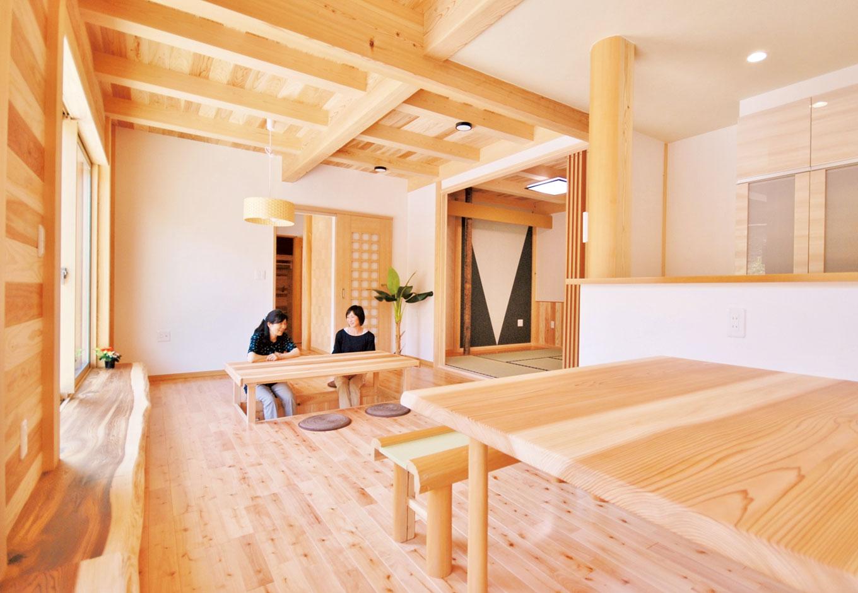 桧の住まい 磯建(磯部建設)【和風、自然素材、間取り】床や壁、荒わし天井に表情豊かな木をふんだんに用いたLDK。無垢一枚板のテーブルは標準仕様。南面の多目的に使える銘木や掘り炬燵、造作家具も木の温かみに溢れ、使い勝手も抜群