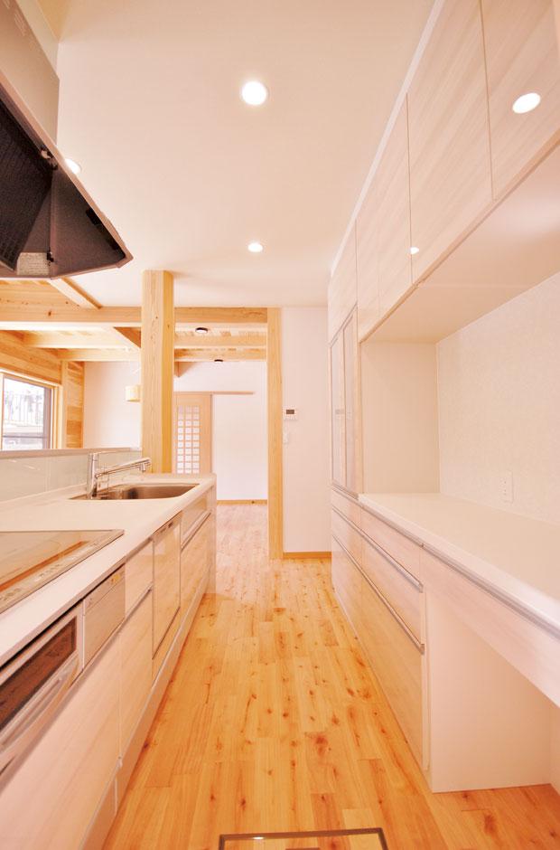 桧の住まい 磯建(磯部建設)【和風、自然素材、間取り】使い勝手の良いキッチンは収納もたっぷり
