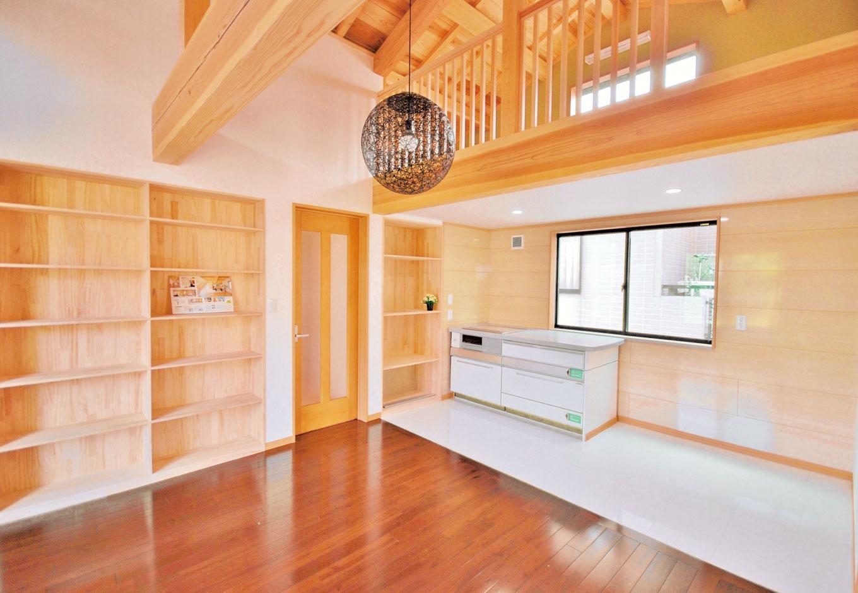 桧の住まい 磯建(磯部建設)【和風、自然素材、間取り】2階のセカンドリビングにはスライド天板のキッチンとロフト、書棚も設置