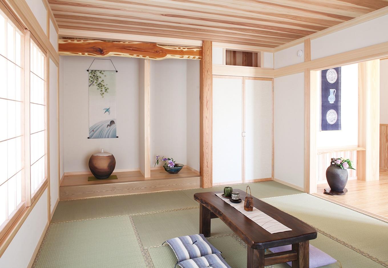 古式ゆかしき客間は11畳もの広さ。床柱には上等な赤身の部分だけをくり抜いた樹齢250~300年の稀少な日光杉を使用