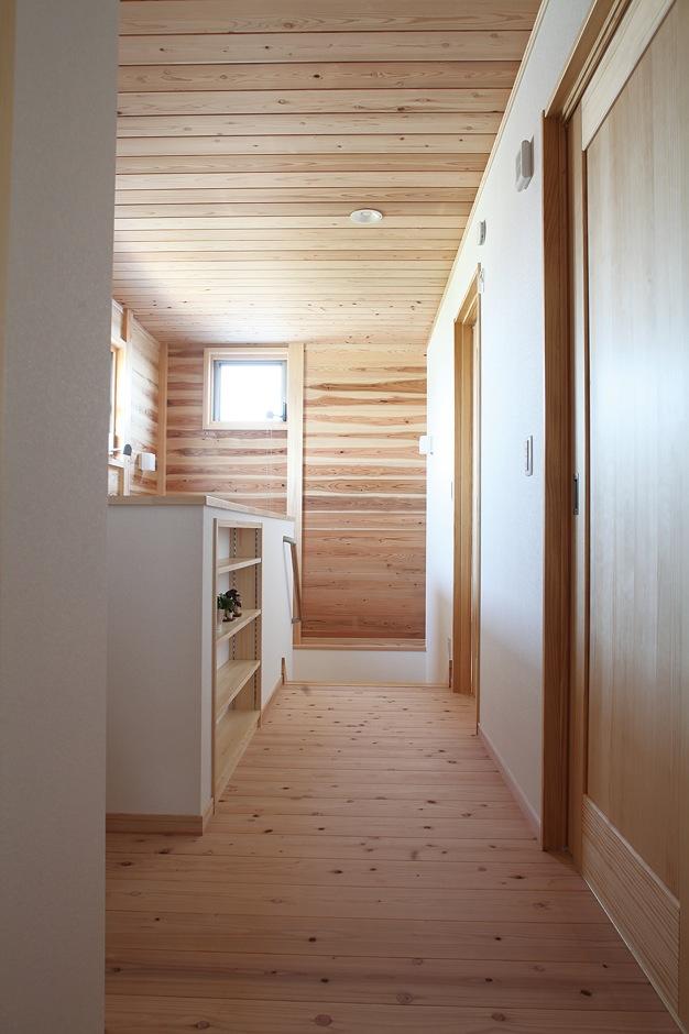 床、壁、天井のすべてが無垢板張りの廊下スペース。採光や風通しを考慮の上で配置された各所の窓が室内に快適さをもたらしている
