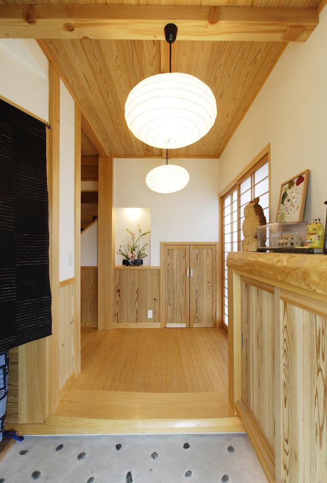 村木建築工房【収納力、和風】和モダン風の上品な玄関。框や床、天井、収納扉など、至る所に無節の上質な木目が使われている。玄関収納の他にシューズクロークも設けてある