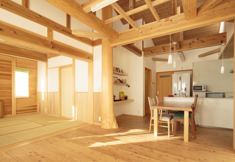 村木建築工房【自然素材、間取り、平屋】スギ丸太の大黒柱を中心に、LDK空間と続き間の和室がのびやかに広がる子世帯のLDK。開放感と機能性を重視し、収納もたっぷり設けてある