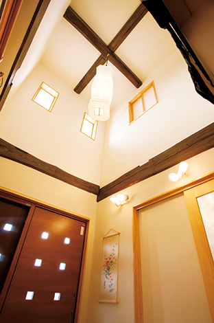 村木建築工房【和風、二世帯住宅、自然素材】吹抜けの玄関には築100年の旧宅の古材を再利用。黒ずんだ梁は家族の歴史と旧宅への愛着が新居に受け継がれた証