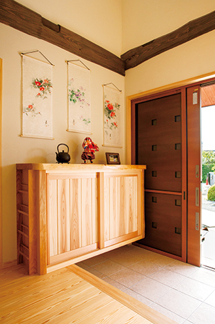 村木建築工房【和風、二世帯住宅、自然素材】造作の玄関収納には匠の技による精巧なマツ材のスリッパ入れをサイドに設置