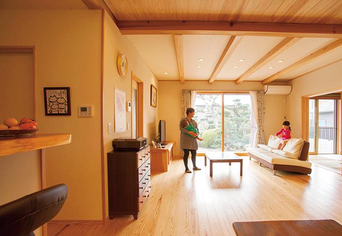 村木建築工房【和風、二世帯住宅、自然素材】木目の浮き立ったスギの床の感触が心地いいリビングダイニング。ご主人も子どもたちも床でゴロゴロするのが大好き