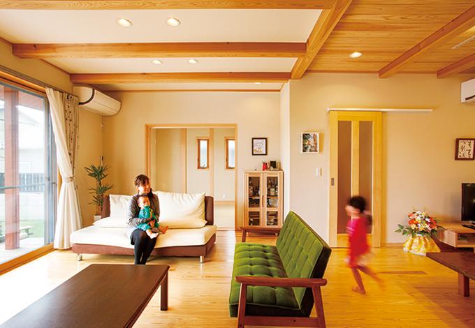 村木建築工房【和風、二世帯住宅、自然素材】リビングの奥には続き間の和室があり、小さなお子さまのお昼寝や遊びに最適