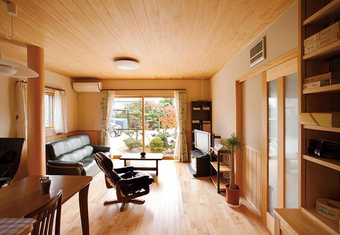 床暖房で快適な親世帯のリビング。床はサクラ材