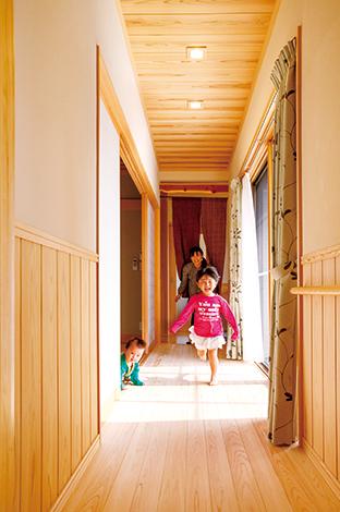 2つの家族を結ぶ廊下兼広縁。お互い自由に行き来できる