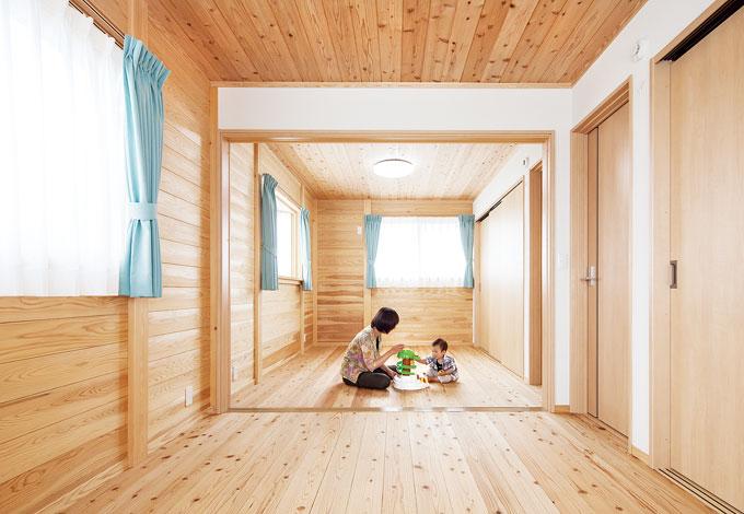 村木建築工房【和風、二世帯住宅、自然素材】板倉造りの子ども部屋。壁は珪藻土を使用。成長に応じて間仕切りOK