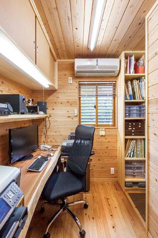 村木建築工房【和風、二世帯住宅、自然素材】空間全体が天竜杉で覆われたお父様の書斎。造作棚のしつらえもお見事!