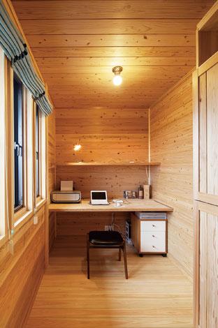 村木建築工房【和風、二世帯住宅、自然素材】寝室内にあるご主人の書斎。木の香りが集中力を高めてくれる