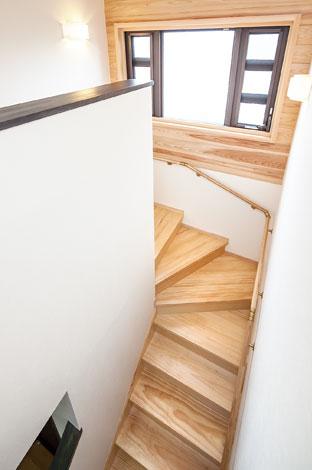 村木建築工房【和風、二世帯住宅、自然素材】黒い窓枠を囲むように壁一面に杉板を使い、空間にやすらぎを演出