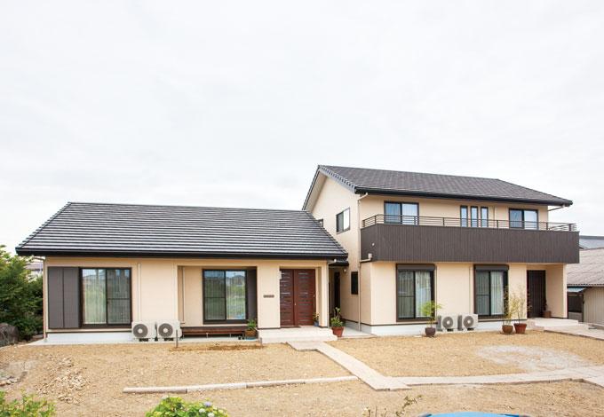 村木建築工房【和風、二世帯住宅、自然素材】平屋が親世帯、2階建ては子世帯。中間に土間を設け二棟を繋いでいる