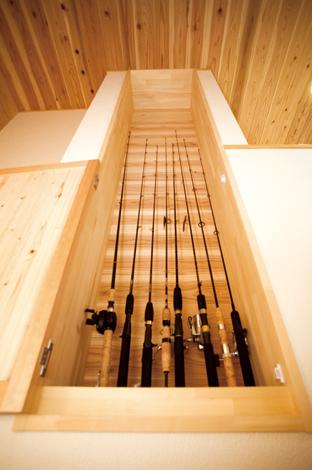村木建築工房【収納力、和風、自然素材】ご主人の趣味道具を上手に収納。階段横の壁面を活用して、子供の手の届かない位置に趣味の釣りのロッドを収納