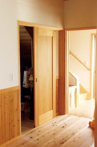 村木建築工房【収納力、和風、自然素材】階段下の収納室は使い勝手がよくて気に入っている場所