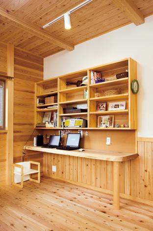 村木建築工房【収納力、和風、自然素材】パソコンを使ったり、書き物をしたりリビングの一角の書斎コーナー。スギの一枚板でつくった机と棚。向かいの壁面にコルクボードを貼り画鋲どめできるようにした