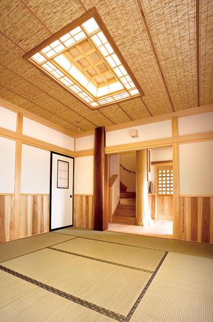 村木建築工房【和風、自然素材、間取り】玄関ホール横の和室。茶室や数奇屋建築に見られるヨシズ天井に仕上げた
