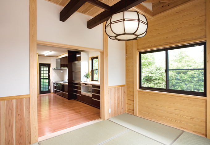 村木建築工房【和風、自然素材、間取り】リビングには、梁の色に馴染む茶系のキッチンを配備