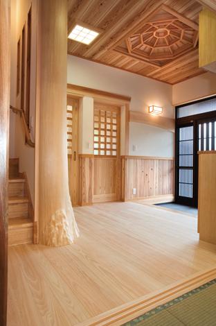 村木建築工房【和風、自然素材、間取り】組子格子の天井、家族で伐採した大黒柱が印象的な広い玄関。階段の壁には明かり取りの格子を入れ込んである