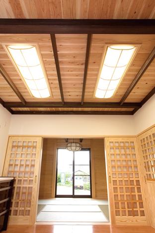 村木建築工房【和風、自然素材、間取り】板張りのダイニングキッチンから畳のリビングを見通す