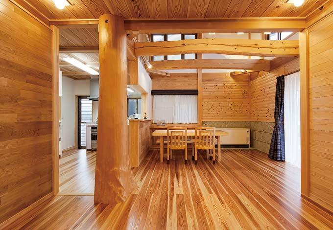 村木建築工房【和風、自然素材、ガレージ】開放感あふれる空間にひ ときわ存在感を放つ天竜 杉の丸太柱は家族で選 んで伐採し、2年間天然 乾燥させたもの。美しい 床は無垢の杉を植物性 オイルで仕上げた圧密フ ロア。真壁はナラ材