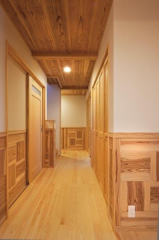 村木建築工房【和風、自然素材、ガレージ】日本旅館のようなしっ とりとした廊下は木の いい香りが漂う