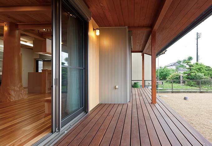 村木建築工房【和風、自然素材、ガレージ】ウッドデッキはアマゾン原 産のイペ材を使用。先人 の知恵を活かした長い軒 先は、夏は日差しを遮り、 冬は光を採り込む。昔懐 かしい縁側のような空間 でバーベキューや昼寝を 楽しめる