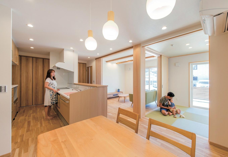 水田建設【収納力、省エネ、間取り】LDKをゆるやかにゾーン分けした空間。キッチンから家族がどこにいても見えるので子育てママも安心。1階に収納スペースをたくさん確保したことで、共働き夫婦の家事時間を大幅に短縮できる
