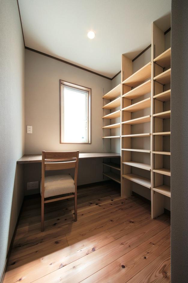 ご主人の書斎は2畳の隠れ家的空間。造作のカウンターと本棚のしつらえが美しい。床は天竜杉