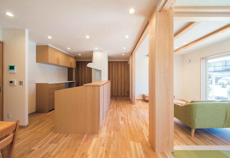 水田建設【収納力、省エネ、間取り】アイランドキッチンを起点とした回遊性の高い間取り。300角の大黒柱が家族の成長を見守る