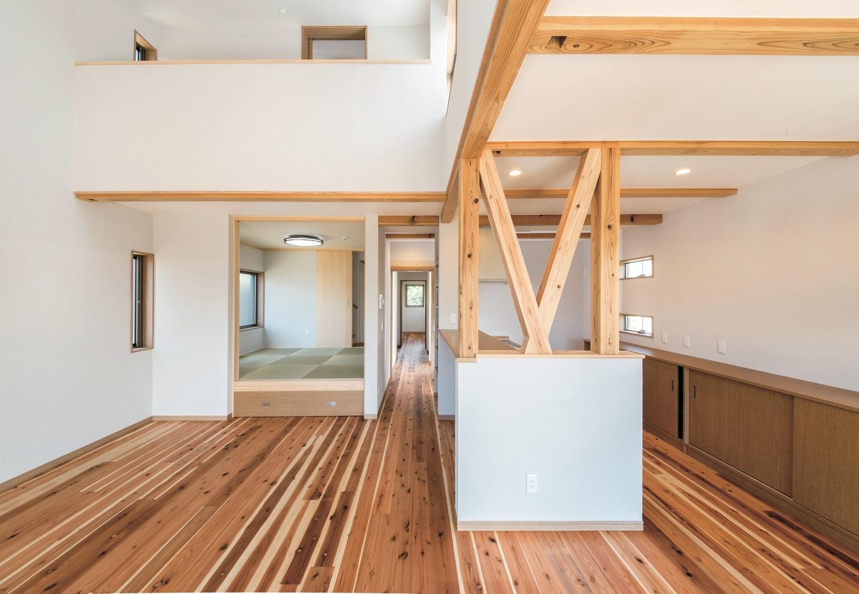 水田建設【デザイン住宅、自然素材、省エネ】シラス壁に杉の木目が映えるLDK。キッチンの横の筋交いが広い空間のアクセントになっている