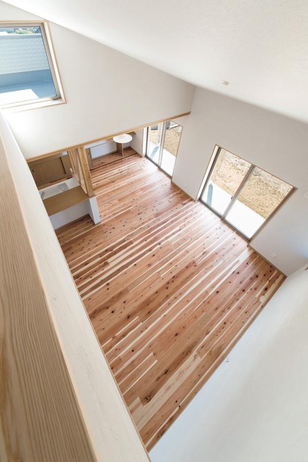 水田建設【デザイン住宅、自然素材、省エネ】2階から眺めた吹抜けのLDK