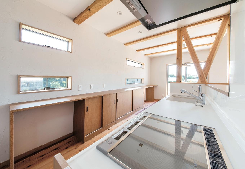 水田建設【デザイン住宅、自然素材、省エネ】キッチンの背面にはダイニングに至る造作の収納カウンターを設置
